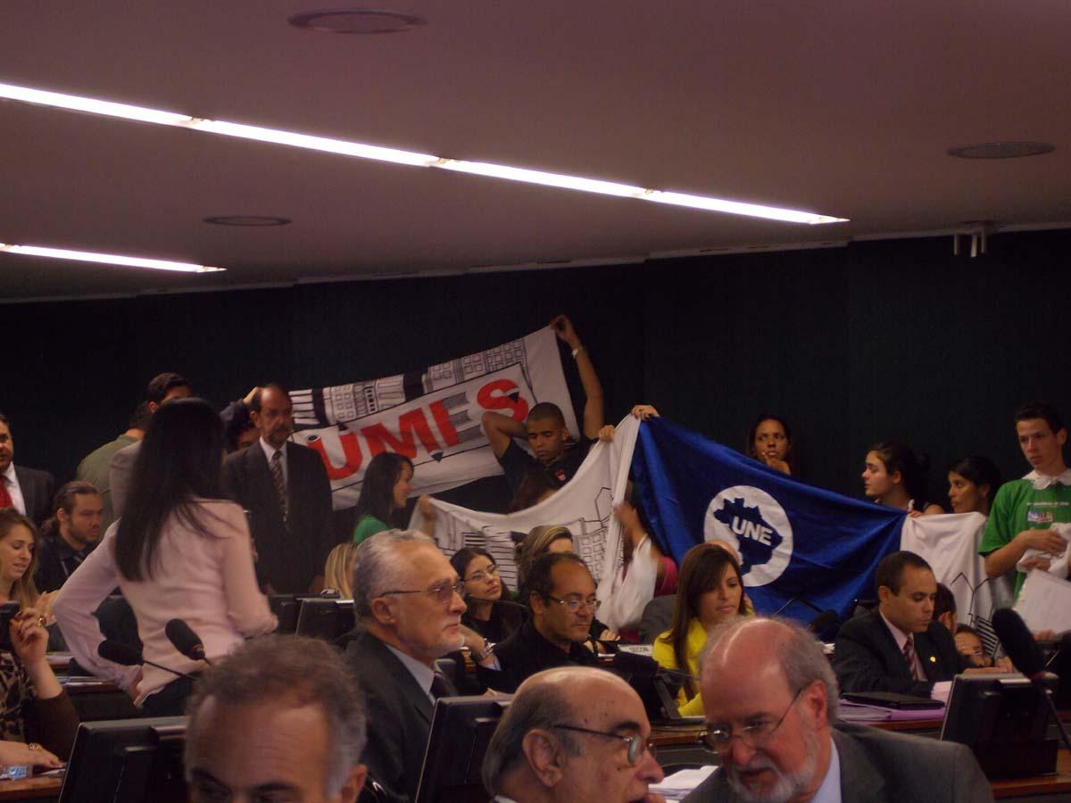 Estudantes e deputados comemoraram a aprovação